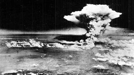 Em 6 e 9 de agosto de 1945, os Estados Unidos lançaram duas bombas atômicas sobre Hiroshima e Nagasaki, no Japão