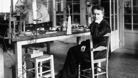 Marie Curie foi a primeira pessoa a receber dois prêmios Nobel em áreas distintas, física e química, em 1903 e 1911, respectivamente