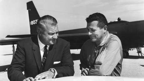 Kelly Johnson (esq.) e Francis Gary Powers, o piloto do U-2 que os russos conseguiram abater (