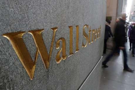 Fachada com símbolo da Bolsa de Valores de Nova York. 03/01/2019. REUTERS/Shannon Stapleton.