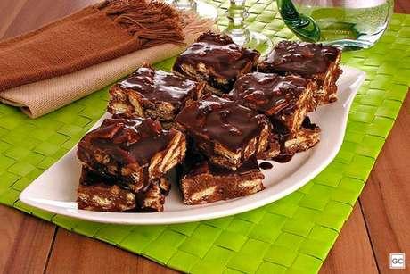 Guia da Cozinha - Receita de palha italiana com calda de chocolate