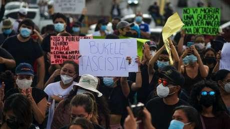 Neste domingo, salvadorenhos se manifestaram contra a demissão dos juízes e do procurador-geral
