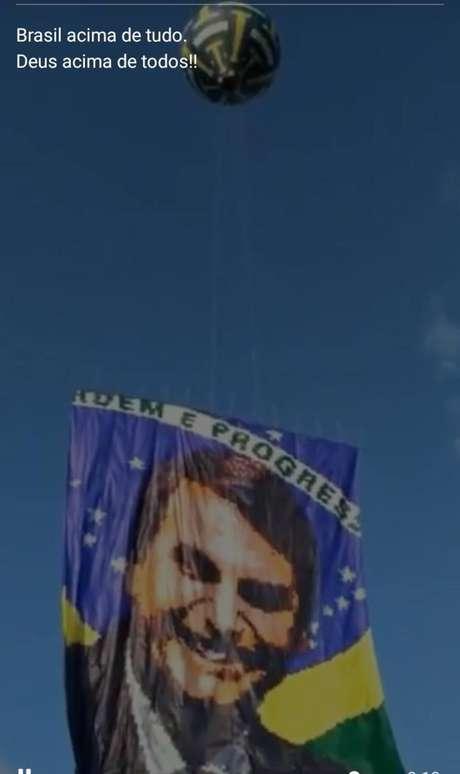 Livre, Queiroz vai a manifestações bolsonaristas e usa bordão do presidente