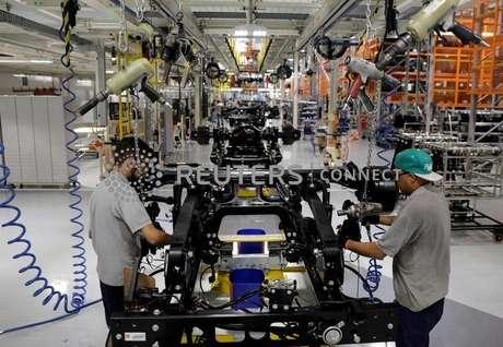 Homens trabalham em linha de montagem de caminhões da Mercedes Benz em São Bernardo do Campo, SP 27/03/2018 REUTERS/Paulo Whitaker