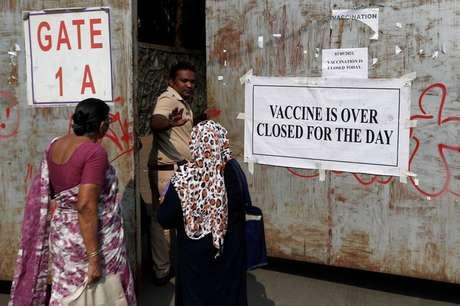 Policial pede que pessoas que foram se vacinar contra Covid-19 voltem pra casa por causa de falta de doses em Mumbai, na Índia 03/05/2021 REUTERS/Francis Mascarenhas
