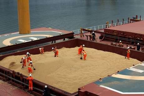Navio carregado com soja no porto de Santos (SP)  13/03/2017 REUTERS/Paulo Whitaker