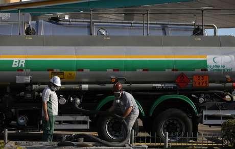 Caminhão-tanque descarrega combustível em posto em Porto Alegre (RS)  29/05/2018 REUTERS/Diego Vara