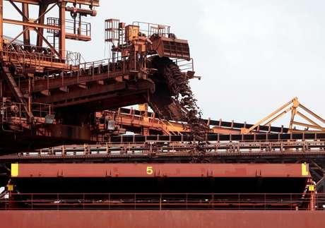 Navio carregado com minério de ferro em São Luís (MA)  09/12/2011 REUTERS/Paulo Whitaker