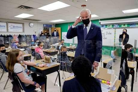 Joe Biden em escola na Virgínia  3/5/2021    REUTERS/Jonathan Ernst
