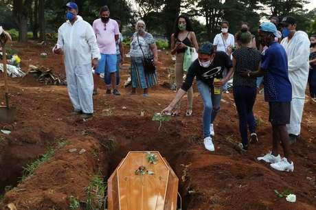 Enterro de vítima da Covid-19 no cemitério da Vila Formosa, em São Paulo (SP)  23/03/2021 REUTERS/Amanda Perobelli