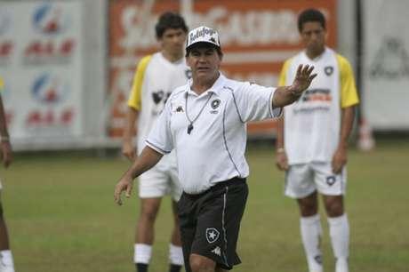 Carlos Roberto foi treinador do Botafogo (Foto: Ricardo Cassiano/Lancepress!)