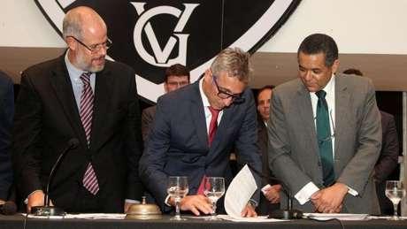 Campello (no meio) teve seu caso arquivado. Já Roberto Monteiro (à esquerda) e Edmilson Valentim (à direita), além de Silvio Godoi, terão de se defender no Conselho Deliberativo do Cruz-Maltino (Foto: Paulo Fernandes / Vasco)
