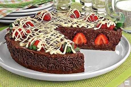 Guia da Cozinha - Torta de brigadeiro com morango fácil