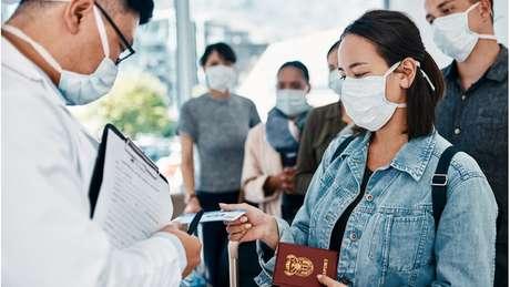 A restrição de viagens tem sido uma das medidas para conter o contágio entre países