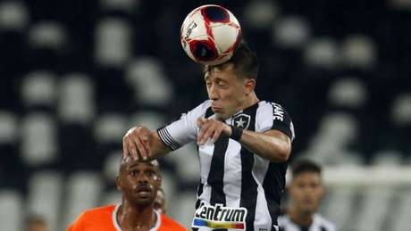 A bola sofreu no empate sem gols entre Botafogo e Nova Iguaçu (Foto: Vitor Silva/Botafogo)