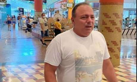 Pazuello foi flagrado sem máscara recentemente em shopping de Manaus