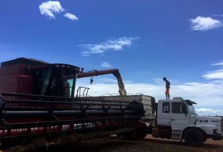 Trabalhador observa carregamento de soja após a colheita em Tocantins 24/03/2018 REUTERS/Roberto Samora