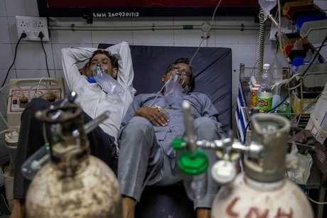 Pacientes com Covid-19 recebem tratamento em Nova Délhi 15/04/2021 REUTERS/Danish Siddiqui