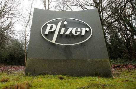 Logo da Pfizer no prédio da empresa em Walton Oaks, no Reino Unido 01/02/2021 REUTERS/Matthew Childs