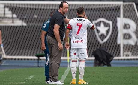 O meia Everton Ribeiro ouve as instruções do técnico Rogério Ceni (Foto: Alexandre Vidal / Flamengo)