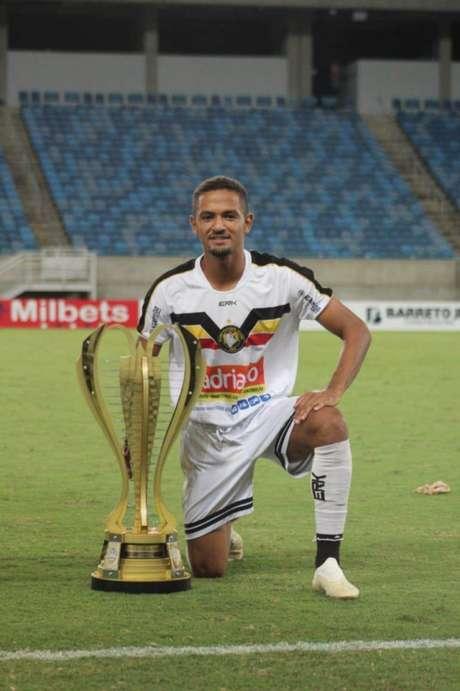 Leandrinho exibe o troféu de campeão (Foto: Divulgação / Globo FC)