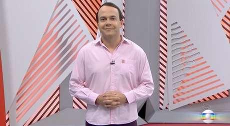 Tiago Medeiros 'fantasiado' de Gil do Vigor no 'GloboEsporte' desta segunda-feira (Reprodução / Globo)
