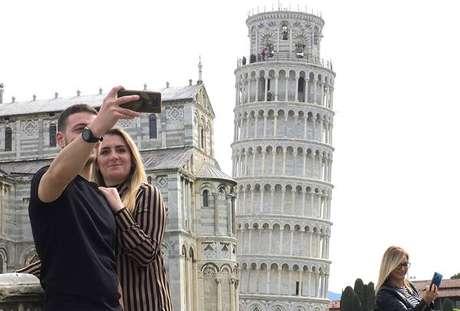 Turistas na Torre de Pisa, reaberta em 1º de maio