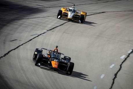 O piloto mexicano da Arrow McLaren deixa Josef Newgarden para trás no Texas.