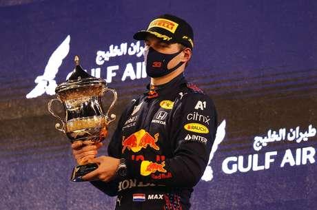 Nos macacões da equipe Red Bull, só há uma marca diferente, a da austríaca A1 Telekom.
