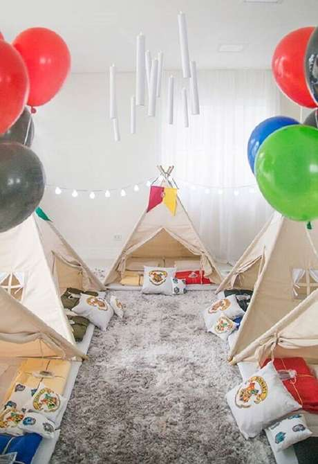 2. Balões coloridos para decoração de cabana para festa do pijama – Foto: Home Fashion Trend