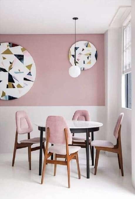 62. Sala de jantar minimalista decorada com meia parede rosa e branca – Foto: Pinterest