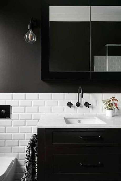 53. Banheiro preto e branco decorado com revestimento meia parede metro white – Foto: Houzz