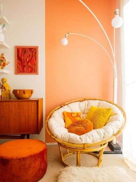 4. Decoração com poltrona de vime e meia parede na vertical laranja – Foto: Pinterest