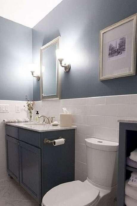 56. Revestimento meia parede para decoração de banheiro cinza e branco – Foto: Jeito de Casa