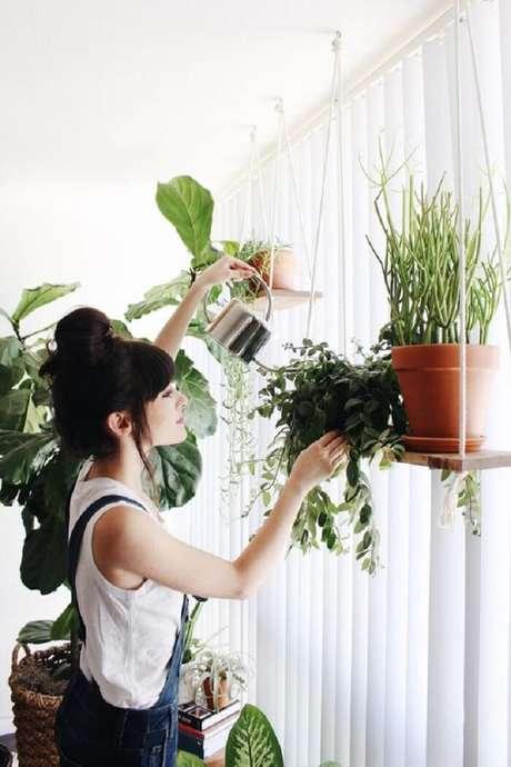 1. Os vasos de plantas ficam expostos na prateleira de corda. Fonte: Blog UrbanOutfitters