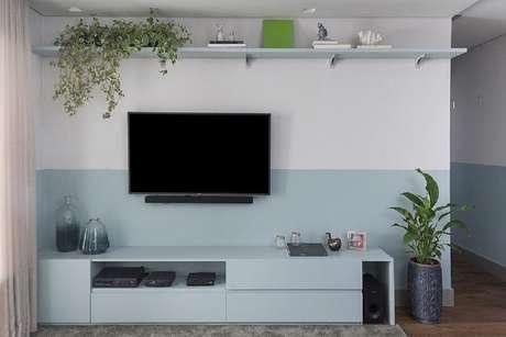 44. Pintura meia parede azul pastel para decoração de sala de TV – Foto: Pinterest