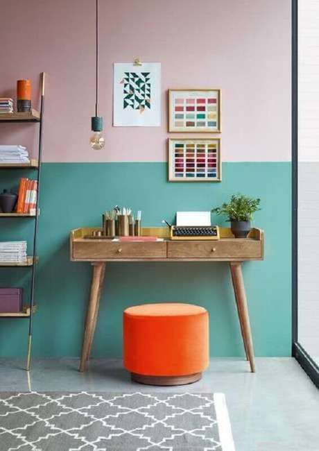 28. Decoração simples com escrivaninha de madeira retrô e pintura meia parede rosa e verde água – Foto: Pinterest