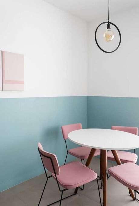 61. Sala de jantar minimalista decorada com meia parede azul pastel e cadeira rosa – Foto: Apartment Therapy