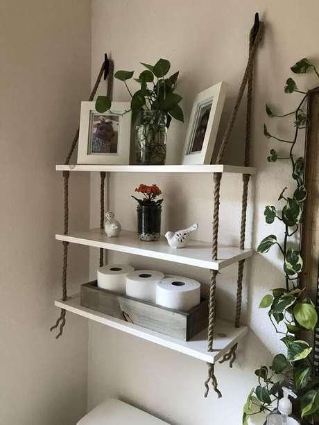 43. Aproveite a parede acima do vaso sanitário para fixar a prateleira de corda. Fonte: Etsy