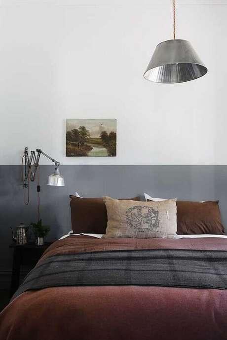 49. Decoração simples com meia parede cinza para quarto de casal – Foto: Deavita