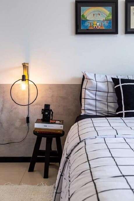 51. Meia parede cinza de cimento queimado para decoração de quarto moderno – Foto: Casa de Valentina