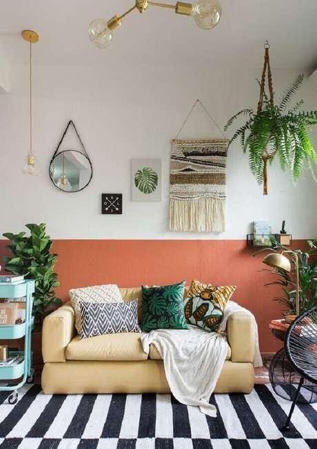 7. Meia parede sala de estar simples decorada com tapete preto e branco – Foto: Histórias de Casa