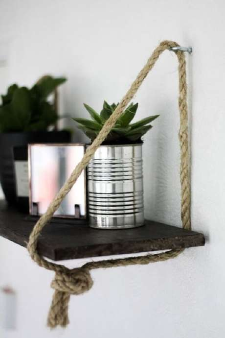 38. Decore a casa e organize objetos sobre a prateleira de corda. Fonte: Pinterest