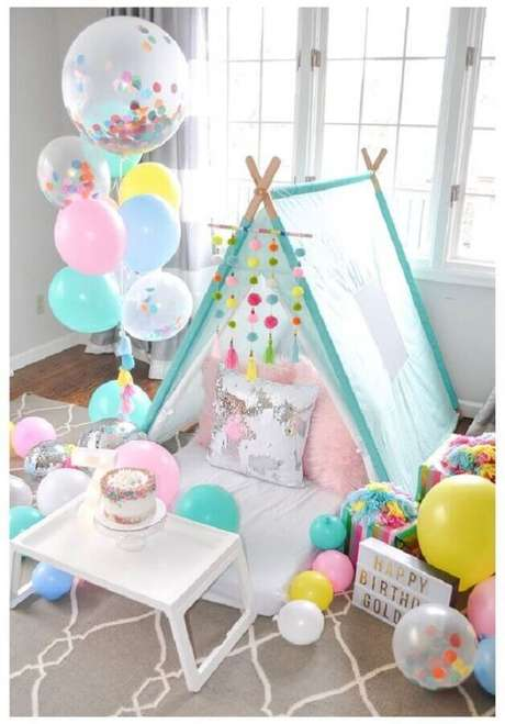 44. Cabaninha e balões para decoração de festa do pijama – Foto: Pinterest