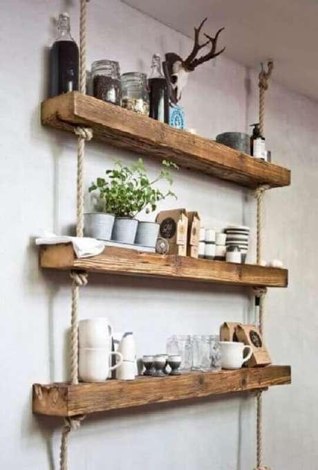 50. A prateleira de corda e madeira se destaca na decoração do ambiente. Fonte: Homedit