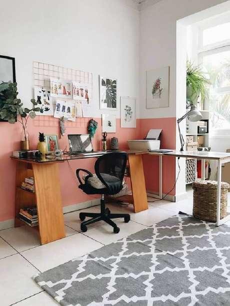 46. Pintura meia parede rosa para decoração de home office simples com escrivaninha de canto – Foto: Jeito de Casa