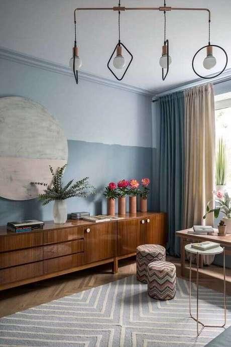 38. Decoração meia parede cinza para sala com buffet de madeira grande – Foto: Houzz