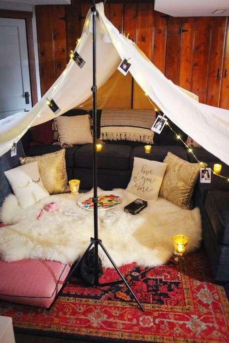 10. Cabana em casa com velas e fotos na decoração – Fot