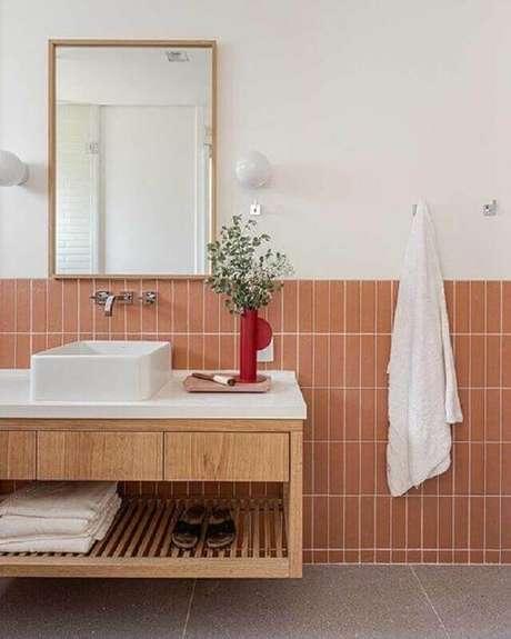 54. Revestimento meia parede para banheiro clean decorado com gabinete suspenso de madeira – Foto: Duda Senna