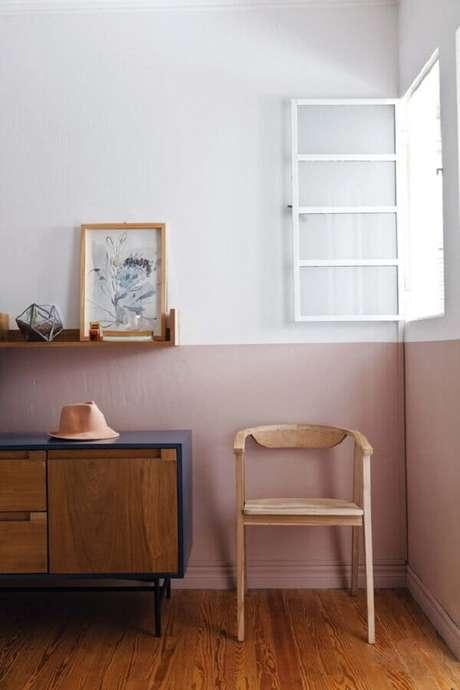 27. Decoração simples com pintura meia parede e buffet de madeira – Foto: Casa de Valentina